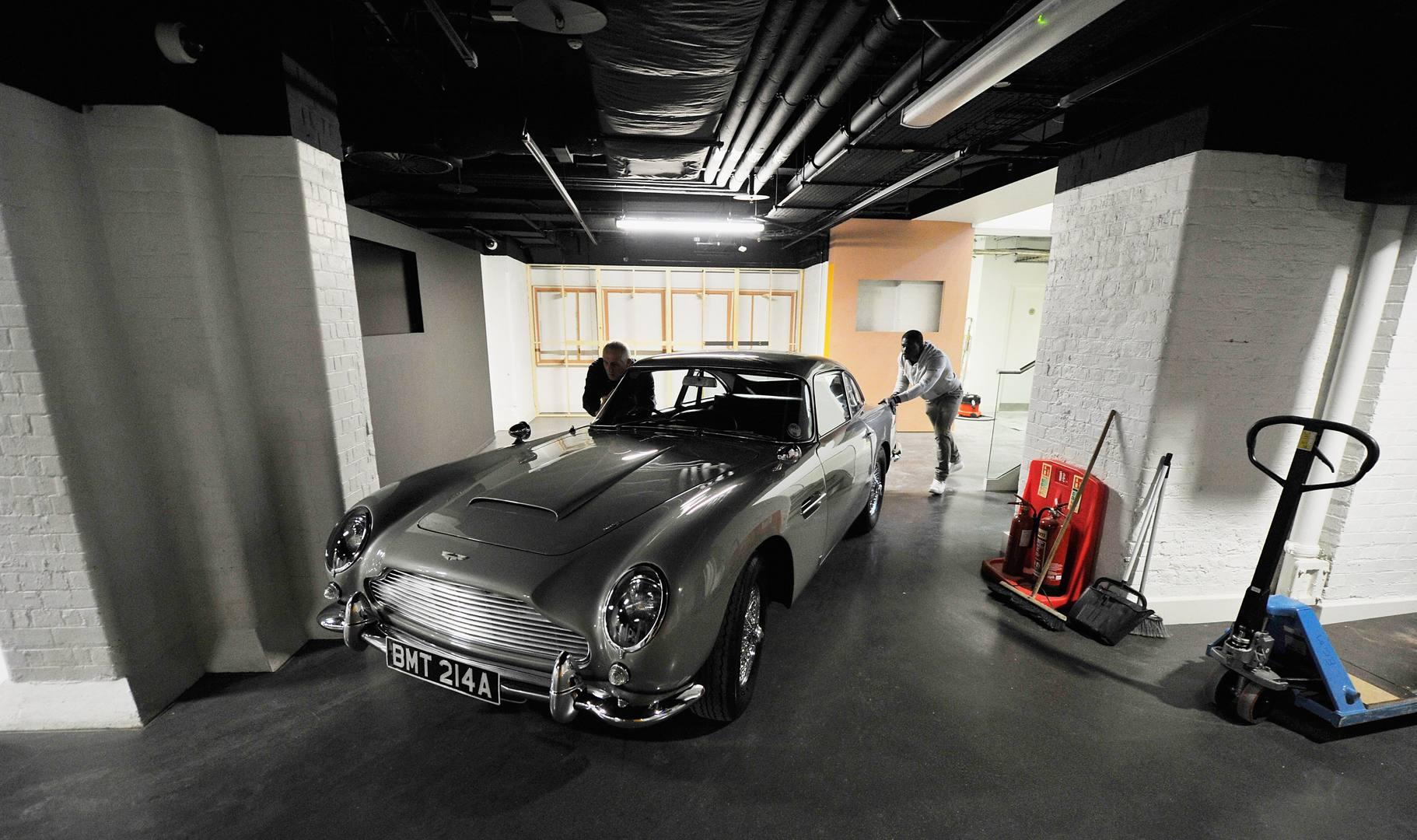 vehicles bond lifestyle - 964×544