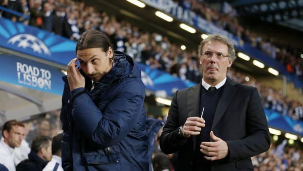 Zlatan Ibrahimovic e Laurent Blanc a Stamford Bridge dopo l'eliminazione in Champions. Action Images
