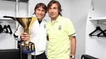 Andrea Pirlo e Antonio Conte col trofeo dello scudetto 2011/2012. LaPresse