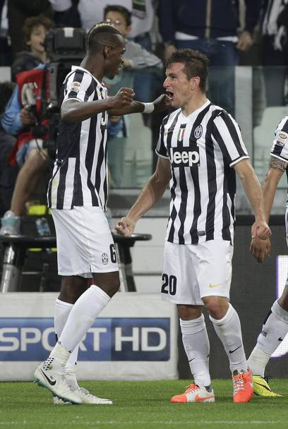 Padoin esulta con Pogba, autore dell'assist. Reuters