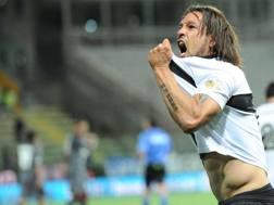 Amauri, 31 anni, festeggia il gol al Livorno. LaPresse
