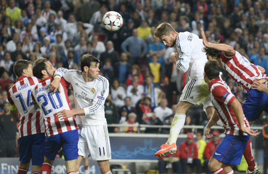 Sergio Ramos sale in cielo e colpisce...Afp