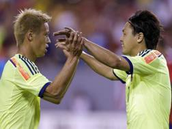 Keisuke Honda festeggia con Yasuhito Endo. Ap