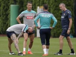 Cristiano Ronaldo accanto a Meireles e Almeida nel ritiro portoghese in New Jersey. Reuters