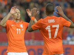 Robben e Lens festeggiano: sono i  marcatori olandesi sul Galles. Ap