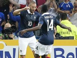Karim Benzema festeggia con Blaise Matuidi. Ap