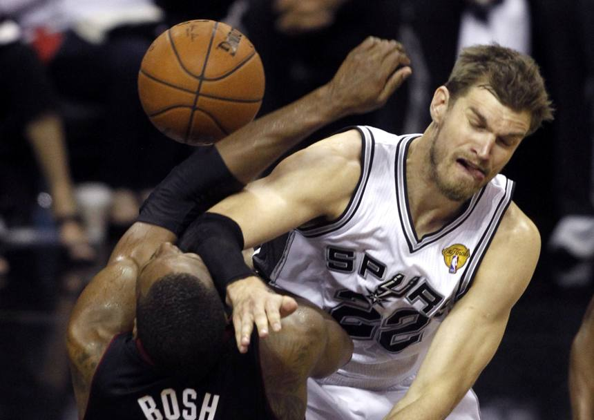 Tiago Splitter #22 e Chris Bosh (Reuters)