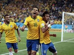 Hernanes festeggia con Neymar dopo il rigore realizzato. LaPresse