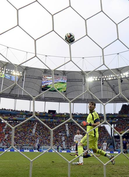 Casillas guarda la palla entrare. Afp