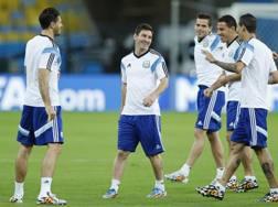 Leo Messi ride in allenamento con i compagni. Ap