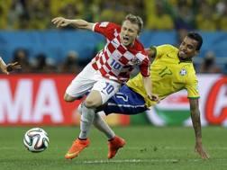 Luka Modric, 28 anni, tocca duro con il Brasile. Ap