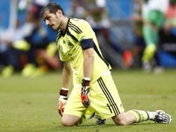 Iker Casillas a terra, nel corso di Spagna-Olanda 1-5. Reuters