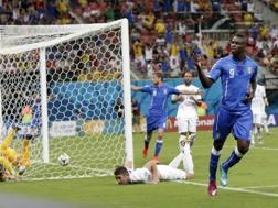 Mario Balotelli esulta con Verratti dopo il 2-1. Ap