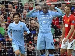 Mario Balotelli con la maglia del City esulta dopo il gol allo United il 23 ottobre 2011. Epa