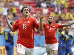 Admir Mehmedi festeggia il gol del momentaneo 1-1. Reuters