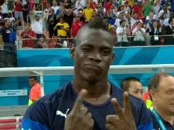 Mario Balotelli ricorda il risultato davanti alla telecamera. Ansa