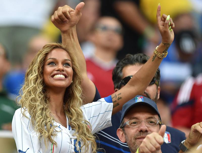 Fanny Neguesha, promessa sposa di Balotelli, in tribuna all'Amazon Arena di Manaus. Ansa