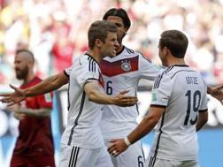 Thomas Müller festeggia con i compagni dopo il rigore dell'1-0. LaPresse