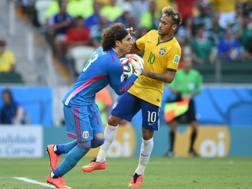 Neymar rassegnato: Ochoa ha parato tutto... Reuters