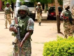 Militari nigeriani in pattuglia. Keystone