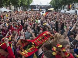 I festeggiamenti a Bruxelles in cui un uomo ha perso la vita cadendo da una statua. Lapresse