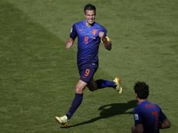 Robin Van Persie esulta dopo il gol del 2-2. Reuters