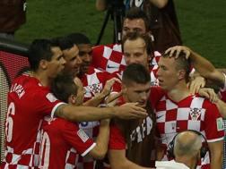 Perisic (a destra) festeggiato dai compagni dopo il suo gol. Reuters