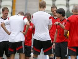 Joachim Löw catechizza i suoi giocatori alla vigilia di Germania-Ghana. Epa
