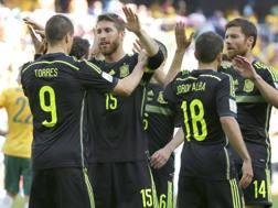 Il capitano Sergio Ramos si complimenta con Torres in occasione del secondo gol. Ap