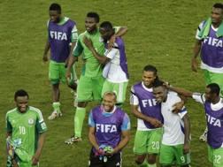 Nigeriani in festa dopo l'1-0 sulla Bosnia. LaPresse