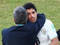 Tabarez abbraccia Suarez. Getty