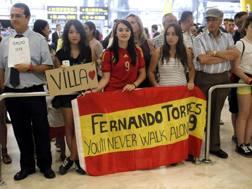 Alcune tifose a Madrid aspettano l'arrivo della Spagna, che però prenderà un'uscita secondaria. Epa