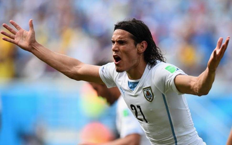 Cavani allarga le mani in segno di incredulità (Getty Images)