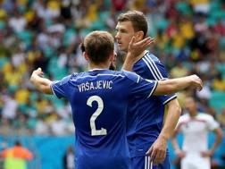 Avdija Vršajević abbraccia Edin Dzeko in occasione del primo gol. Epa
