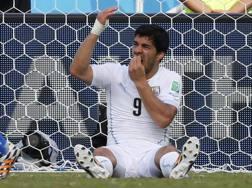 Luis Suarez, dopo il morso prova una autodifesa. Reuters