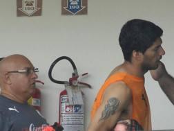 La tristezza di Suarez nel ritiro dell'Uruguay: non potrà neppure rimanerci. LaPresse