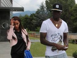 Mario Balotelli con Fanny Neguesha all'arrivo a Brescia. Ansa