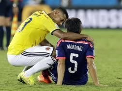 Fredy Guarin consola Yuto Nagatomo dopo la gara persa dal Giappone contro la Colombia. Lapresse