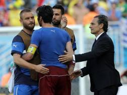 Prandelli con i senatori De Rossi e Buffon. LaPresse
