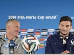 Il c.t. della Francia Didier Deschamps in conferenza stampa con il portiere-capitano Hugo Lloris Ansa