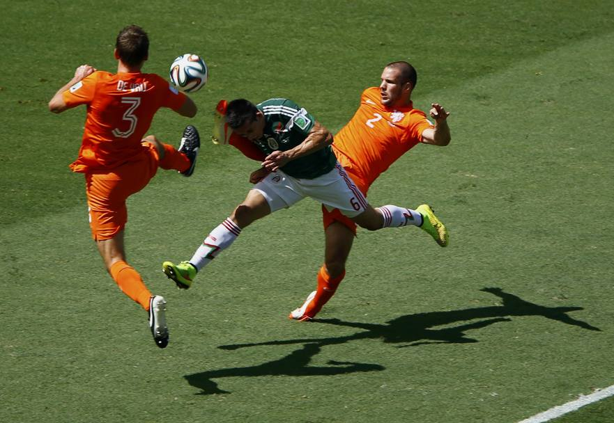 Vlaar colpisce in testa Herrera. Action Images