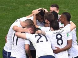 Paul Pogba abbracciato dai compagni dopo il gol. Afp