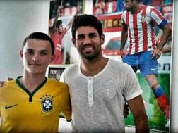 Diego Costa nella sua abitazione con un tifoso brasiliano.