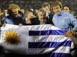 Il tifosissimo presidente dell'Uruguay José Mujica tra Forlan e Lugano. Ansa