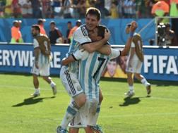 L'abbraccio tra Leo Messi e Angel Di Maria. Afp