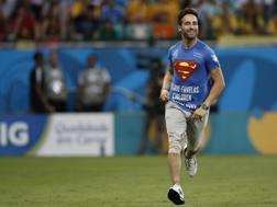 Mario Ferri con la maglia di Superman e la scritta
