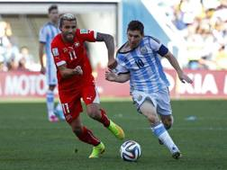 Contrasto tra Valon Behrami e Leo Messi. Action Images