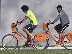 Neymar e Marcelo all'allenamento in bici. Reuters