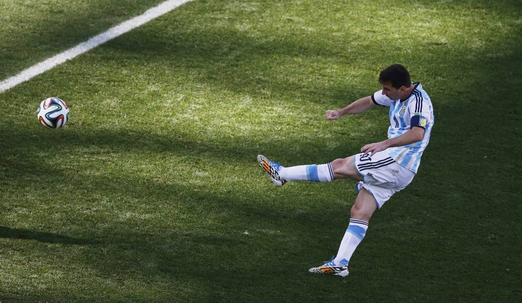 Messi ci prova di sinistro. Action Images