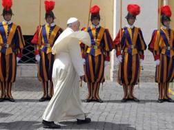 Papa Francesco in Vaticano e le guardie svizzere. LaPresse